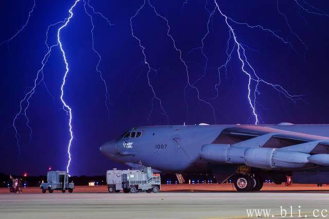 惊险!美国一轰炸机空中被闪电击中撕开一道大裂口